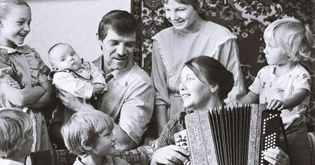 «А раньше меньше разводились, и жили вместе по сто лет» — мудрый стих о семье Алеси Синеглазой