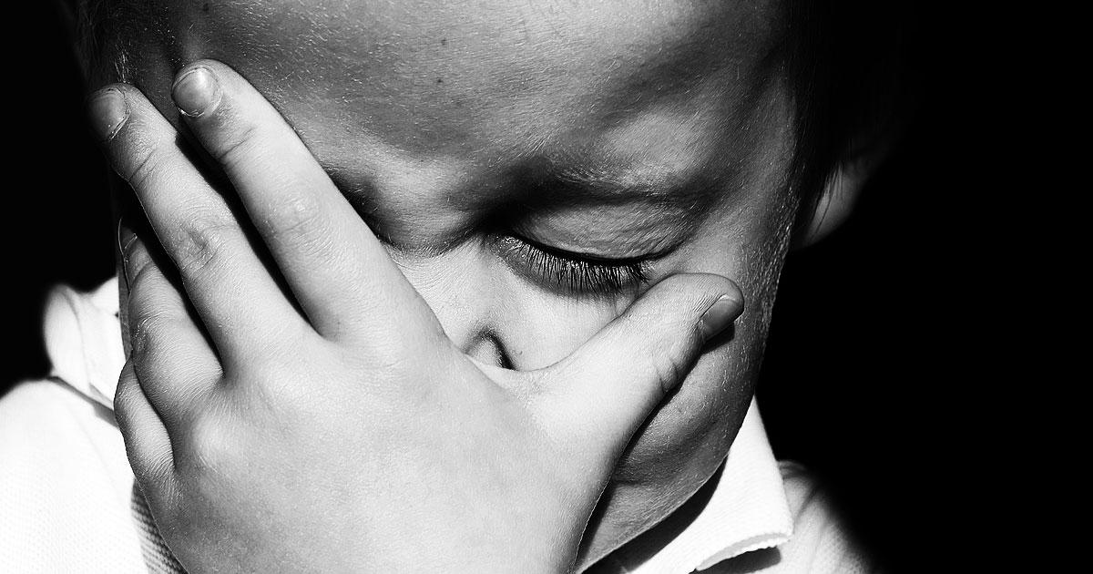 По какой причине плачут дети и не говорят своим родителям