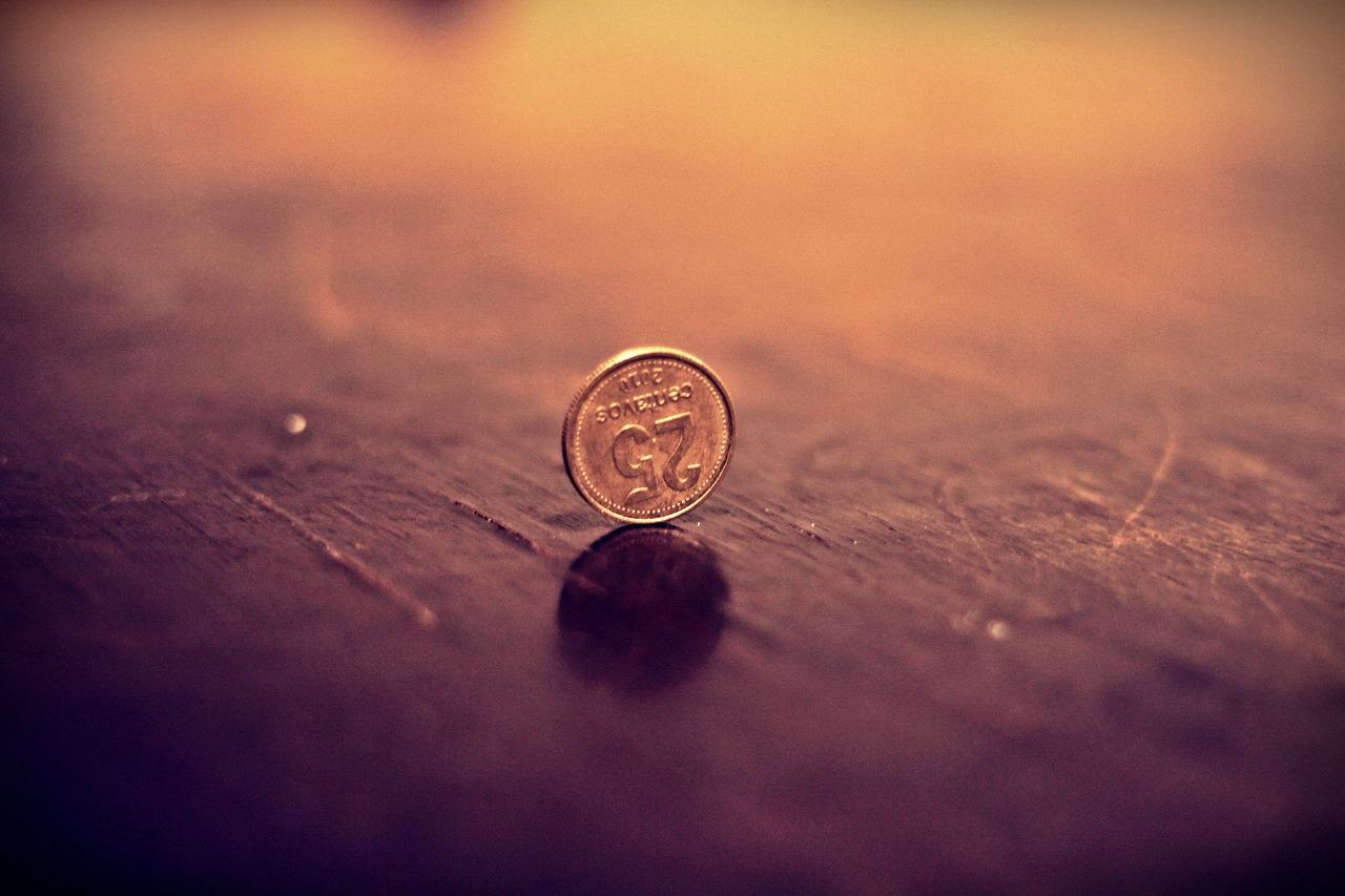 Нищим дают мелкие монеты