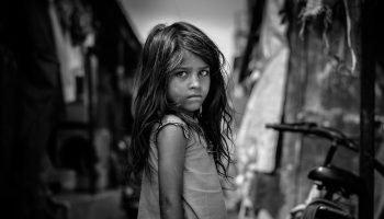 Каким образом мы воруем у своих детей их детство, причем без зазрения совести