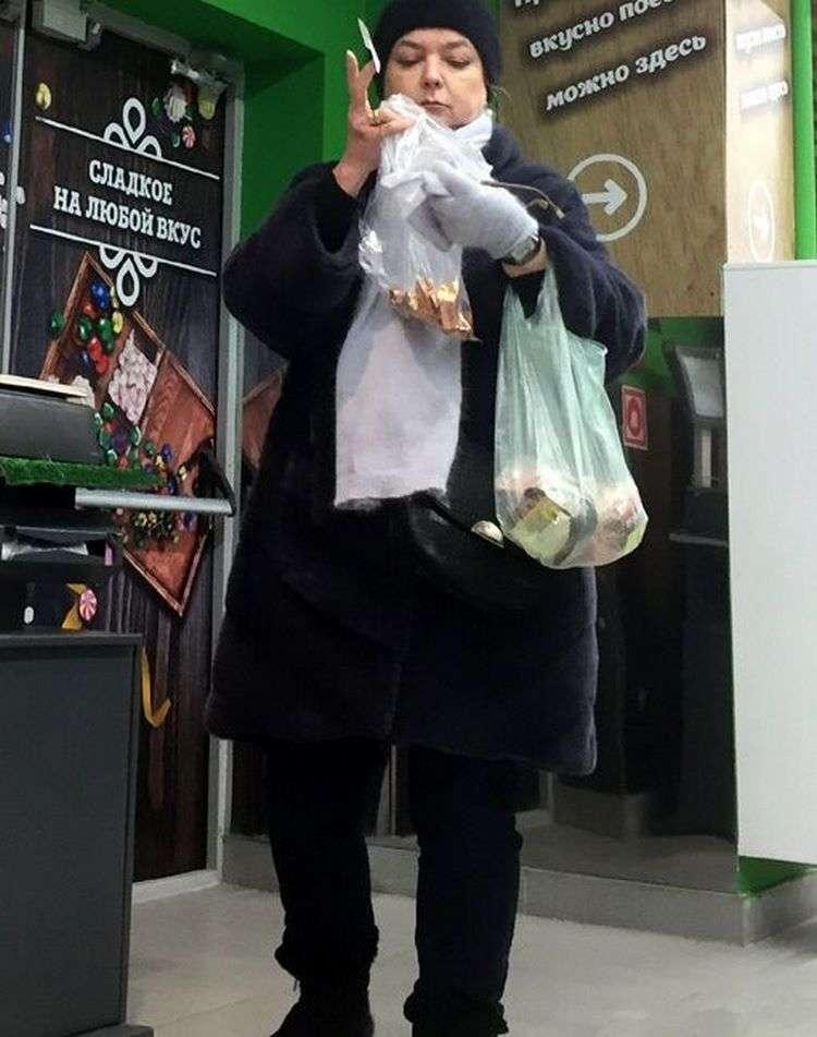 Прохожие сфотографировали постаревшую Сашеньку из «Москва слезам не верит». Так сейчас выглядит актриса