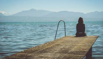 «Она в слезах присела на скамейку» — сильное стихотворение Леонида Митенева