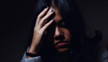Почему человек так сильно переживает после оскорбления